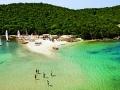 Τα καταπράσινα νερά σε παραλία στα Σύβοτα